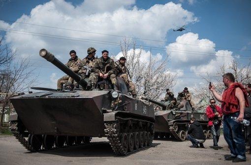 Russland-Sympathisanten fotografieren ukrainische Soldaten. Foto: EPA