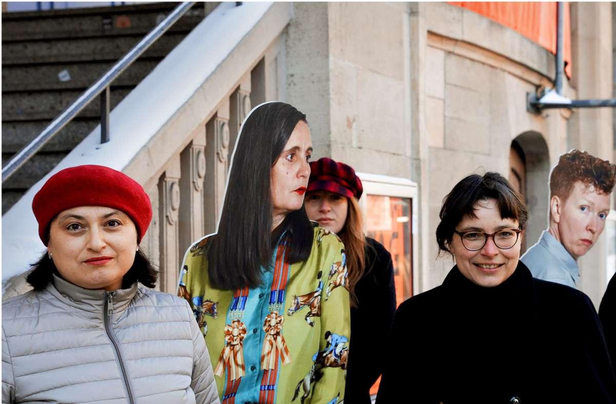 Ülkü Süngün (li.) und Martina Grohmann vor Pappkolleginnen Foto: Rampe/Sebastian Fürst