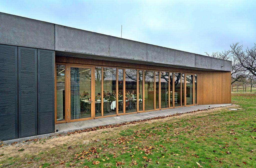 Übersichtlich, durchlässig und im Dialog mit den anderen Gebäuden auf dem Campus: das Forum Lechler des Lichtenstern-Gymnasiums Foto: factum/Weise