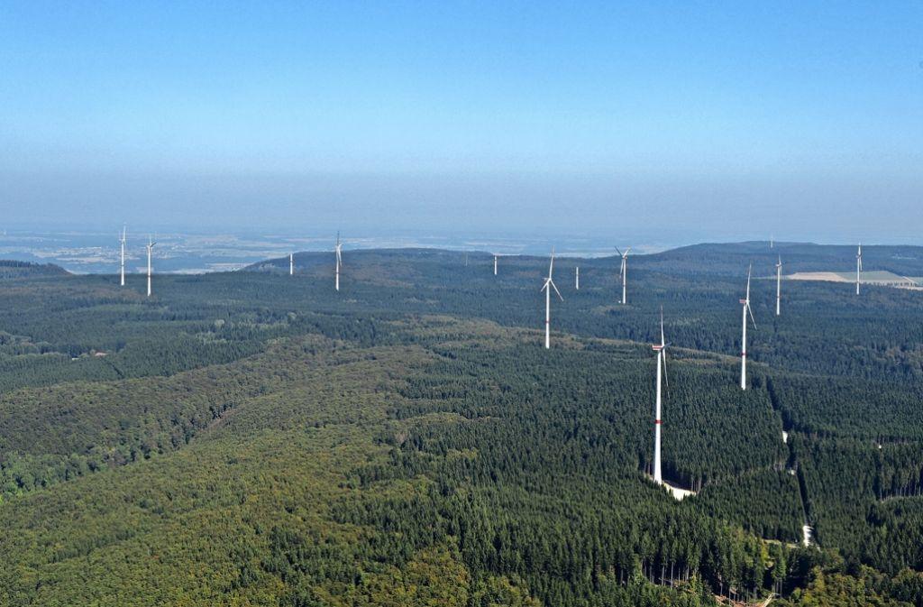 Nur von oben sind die 16 Windkraftanlagen im Wald bei Lauterstein gut zu sehen. Sie gelten als Vorzeigeprojekt. Foto: Heino Schütte