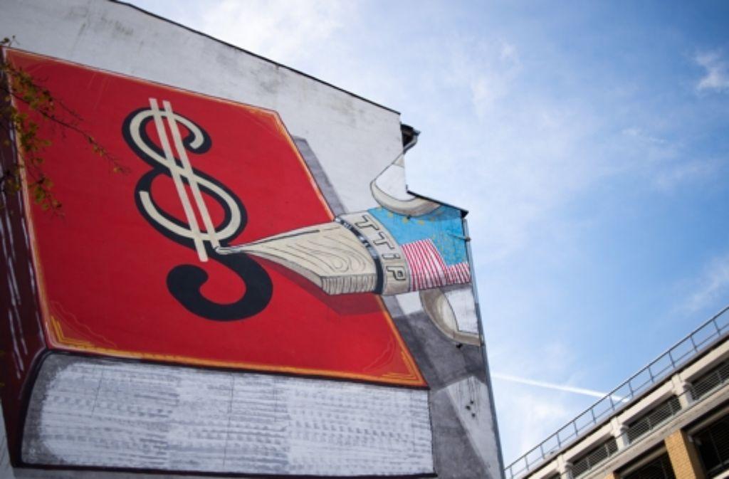 Protest gegen TTIP mit einem Wandbild in Köln. Foto: dpa