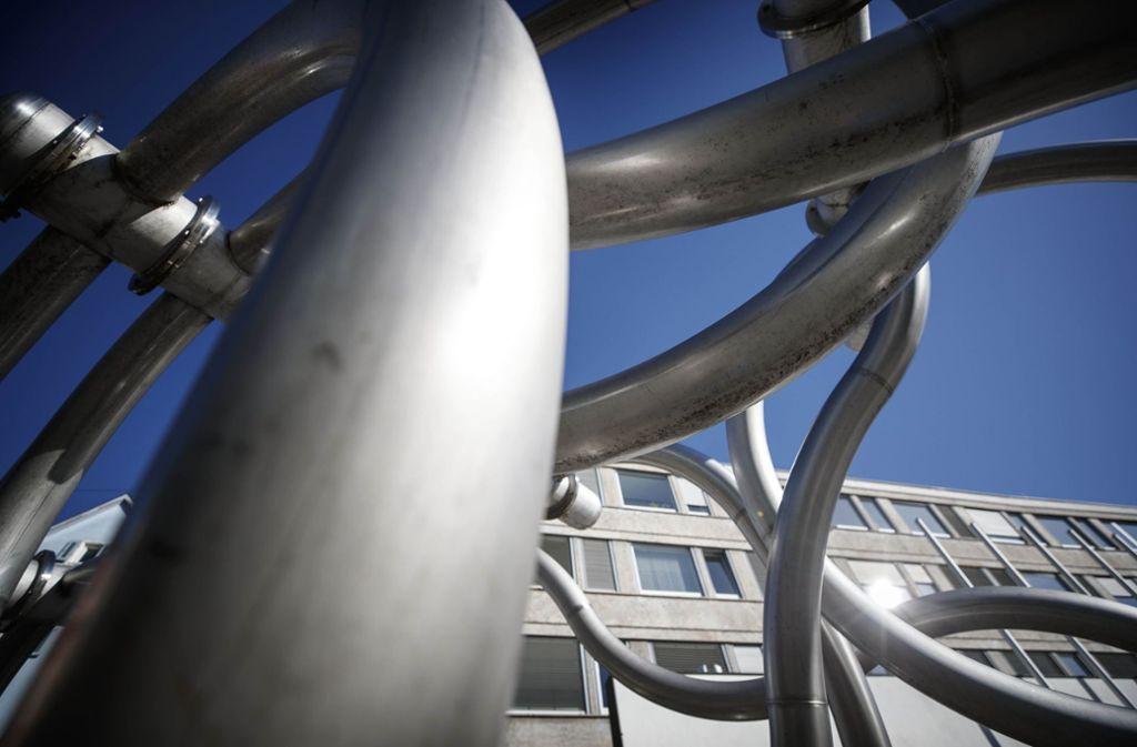 Kunstfreunde entdecken in der Stadt viele Werke, zum Beispiel    vor dem Waiblinger Rathaus. Foto: Gottfried Stoppel
