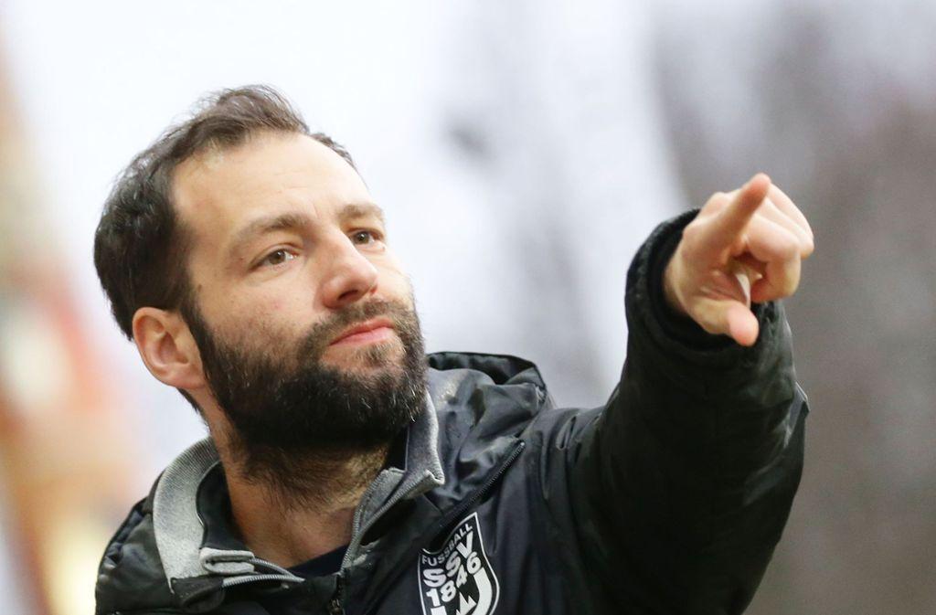 Da geht's lang: Noch gibt der künftige Kickers-Coach Tobias  Flitsch beim SSV Ulm 1846 die Richtung vor. Foto: Baumann