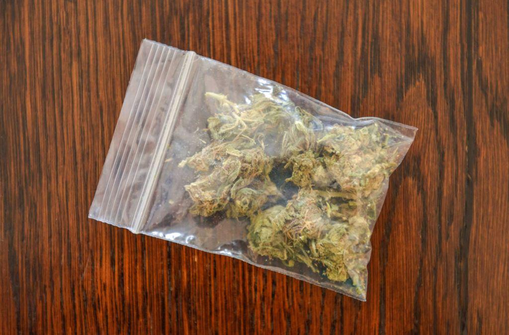 Bei dem Verdächtigen wurden Tütchen mit Marihuana gefunden. (Symbolbild) Foto: imago/Joko
