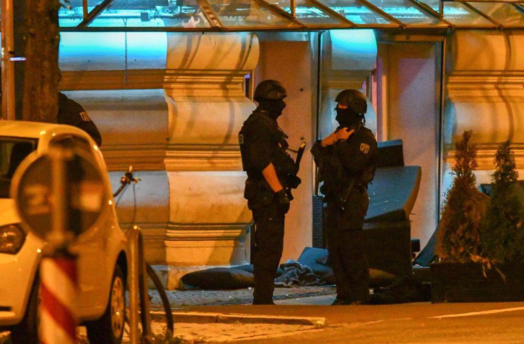 Die Polizei war mit einem Großaufgebot vor Ort. Foto: Tom Wunderlich/dpa-Zentralbild