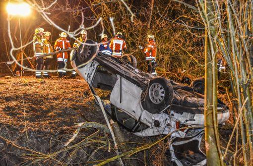 Autofahrer stirbt bei Unfall auf Landstraße - Beifahrer überlebt