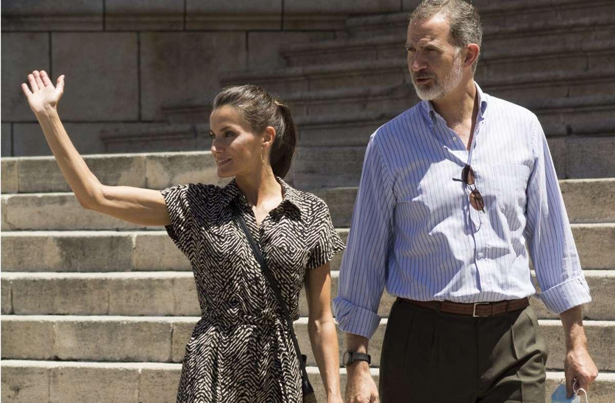 Felipe VI., König von Spanien, und seine Frau Letizia winken Anhängern zu. Das Königspaar reist zurzeit durch Spanien mit dem Ziel, die wirtschaftliche Erholung zu fördern. Foto: dpa/Rubén Marco Checa