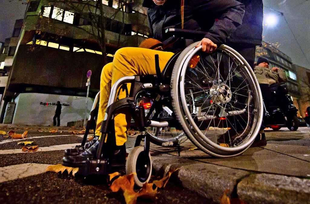 Ein Randstein kann für Rollstuhlfahrer zum Hindernis werden. In Vaihingen engagiert sich eine aus dem Bezirksbeirat gegründete Arbeitsgruppe für den Abbau dieser Barrieren. Foto: Symbolbild Lichtgut/Max Kovalenko