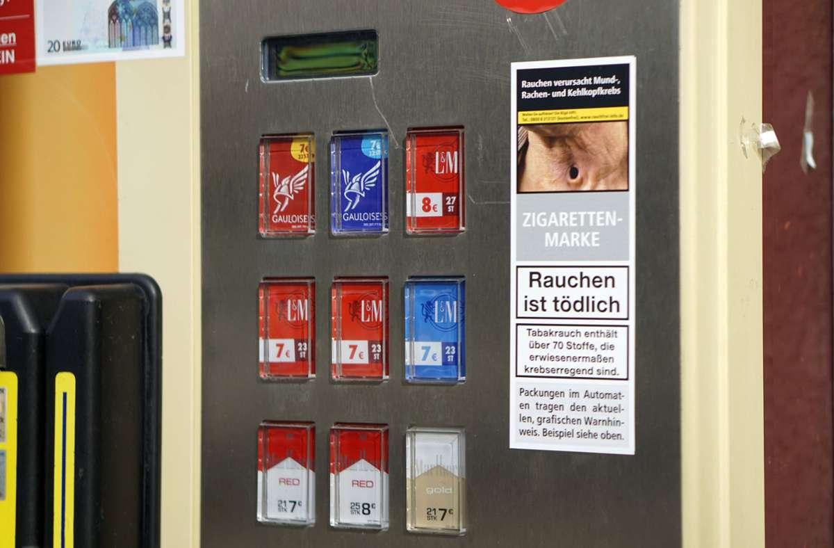 Die Unbekannten hatten den Zigarettenautomaten bereits aus der Verankerung gerissen. (Symbolbild) Foto: imago images/MiS/Bernd Feil/M.i.S.