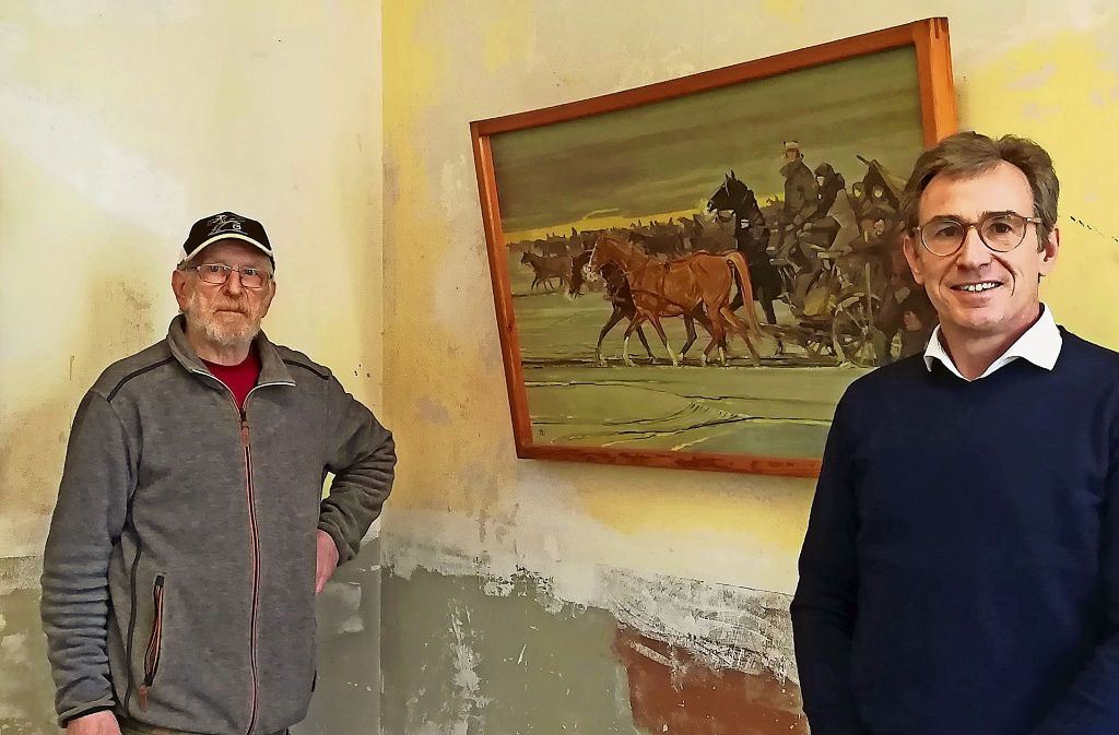 Hans Blankenhorn (links) und Martin Rath zeigen Niethammers Werk. Foto: Faltin