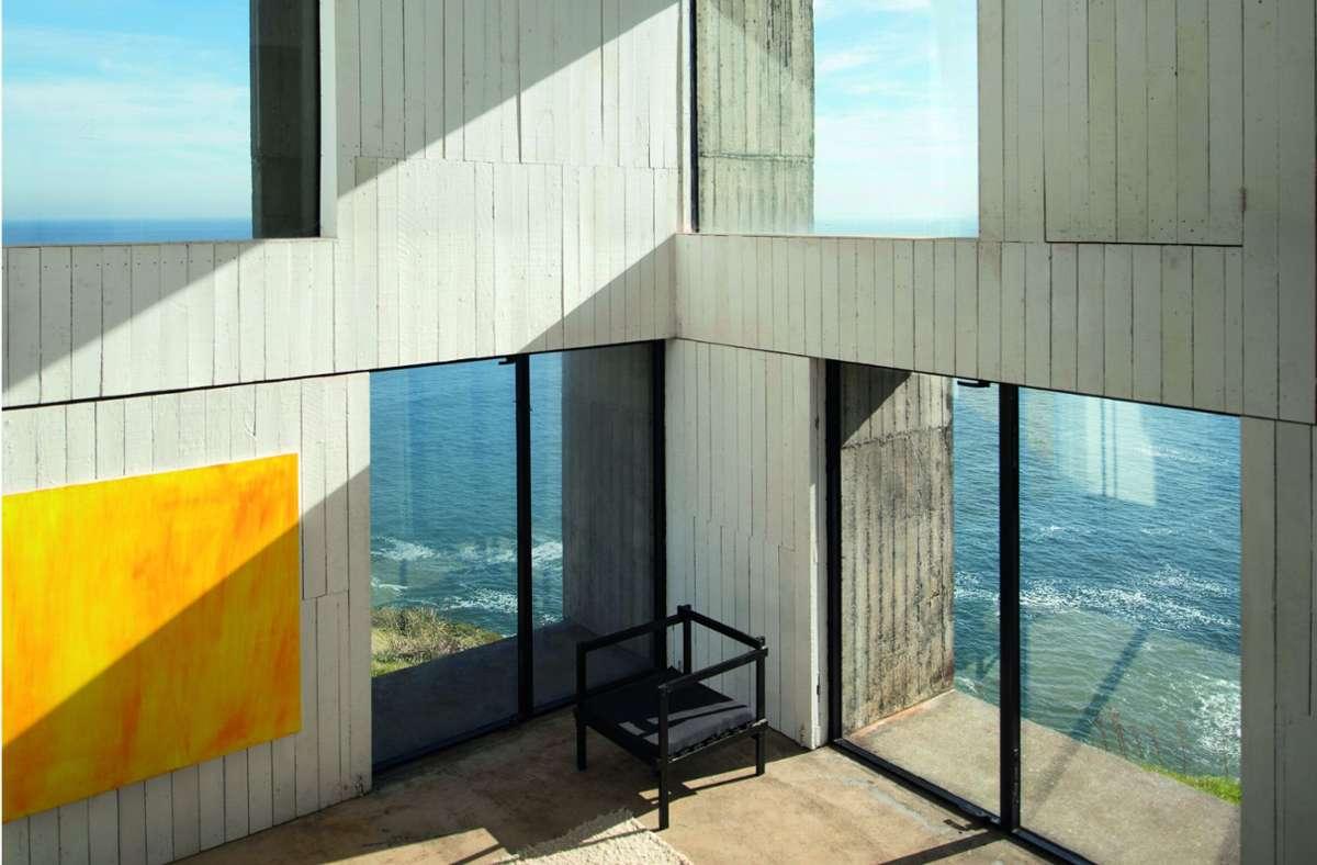 Den Pazifischen Ozean immer im Blick; Casa Poli in Coliumo in Chile, entworfen von Pezo von Ellrichshausen. Ein raues Flachdachgebäude aus Beton. Foto: Pezo von Ellrichshausen