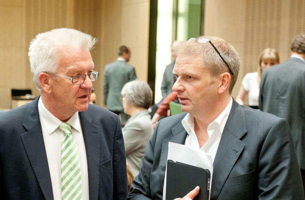 Wie Winfried Kretschmann (l.) mitteilte, will Volker Ratzmann eine neue Aufgabe in der Wirtschaft übernehmen. (Archivbild) Foto: picture alliance / dpa/Sebastian Kahnert