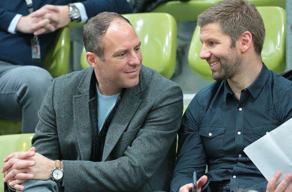Marc Kienle (li., neben Thomas Hitzlsperger): Künftig sitzt der ehemalige Profi nicht mehr auf der Tribüne, sondern wieder auf der Trainerbank. Foto: Baumann