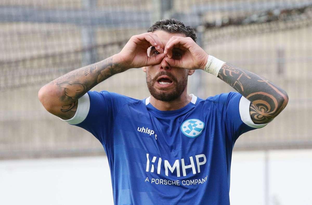 Cristian Giles Sanchez von den Stuttgarter Kickers feiert sein Tor zum 3:0. Foto: Pressefoto Baumann