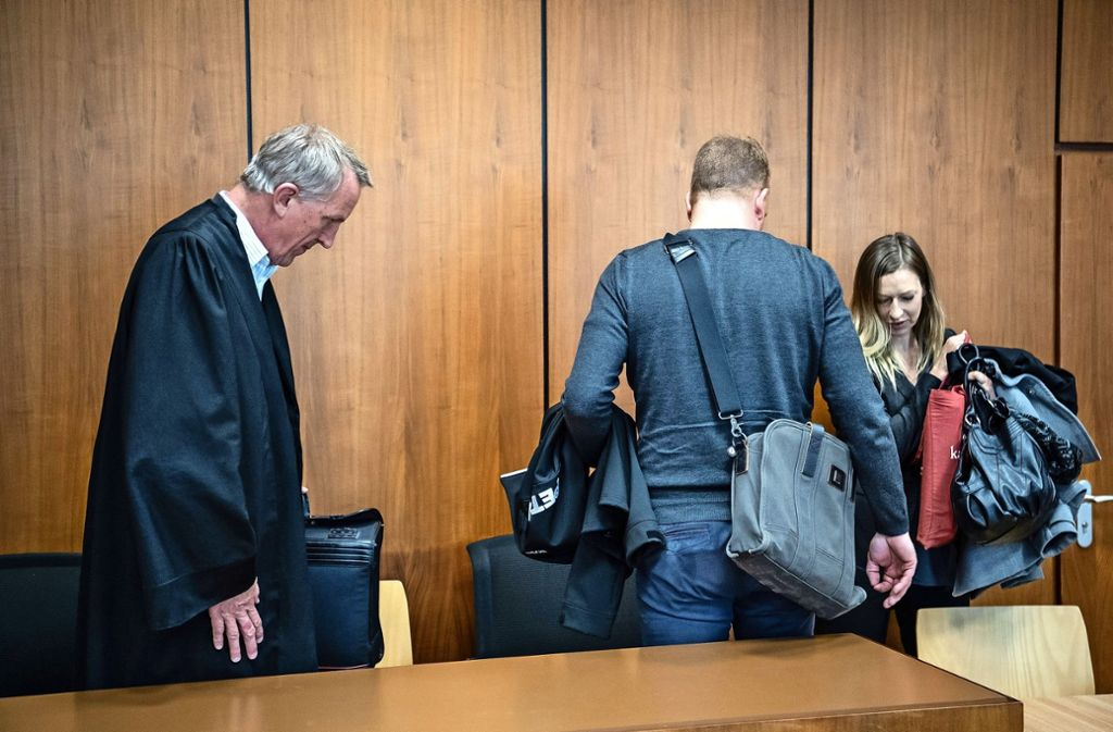 Abmarsch nach dem Urteil: Für den Sternekoch gab es eine Bewährungsstrafe Foto: dpa