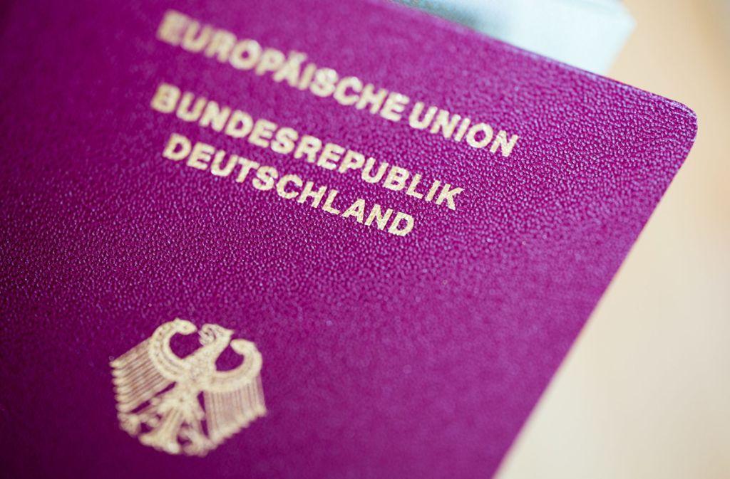 Bei der Betrugsmasche kommen gefälschte Reisepässe zum Einsatz. Foto: dpa/Rolf Vennenbernd