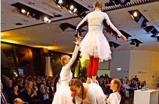 Die Mädchen vom Zirkus Calibastra zeigen selbst einstudierte Akrobatik. Foto: Christian Hass
