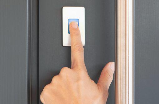 Der ekey dLine Fingerprint überzeugt mit intuitivem Touch Sensor. Zudem machen zahlreiche Funktionen wie individuelle Zeitfenster oder Fernzugriff die Haustür smart.