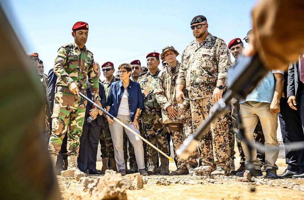 Annegret Kramp-Karrenbauer (Mitte) beobachtet  im Nordirak die Ausbildung kurdischer Peschmerga. Foto: dpa