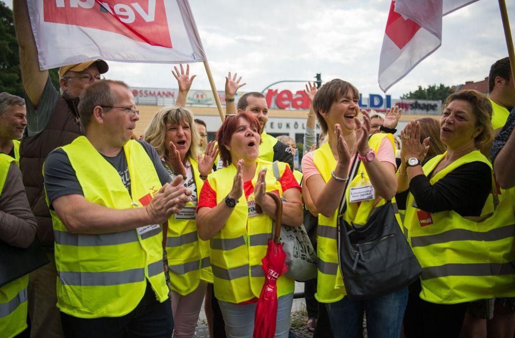 Viele Real-Beschäftigte (wie hier in Berlin) wollen eine Spaltung der Belegschaften durch unterschiedliche Entlohnungen verhindern und beteiligen sich an ersten Streiks. Foto: dpa