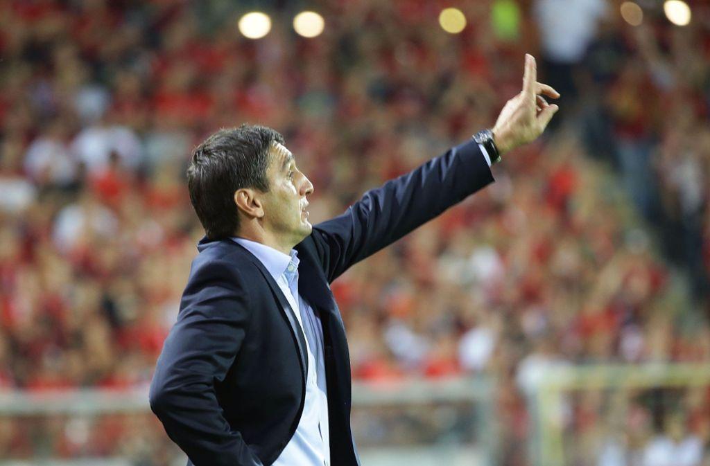 Sein Job ist an der Seitenlinie: VfB-Trainer Tayfun Korkut Foto: Baumann