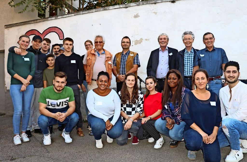 Gründungsmitglieder des Fördervereins, Mitarbeiter der Mobilen Jugendarbeit und Jugendliche haben zusammen gefeiert. Foto: Bernd Zeyer