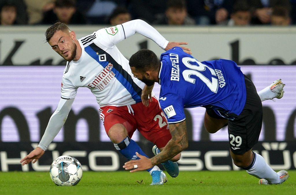 Hamburgs Leibold (li.) gegen Bielefelds Soukou – am Sonntag steigt das Topspiel der zweiten Liga. Foto: imago/pmk
