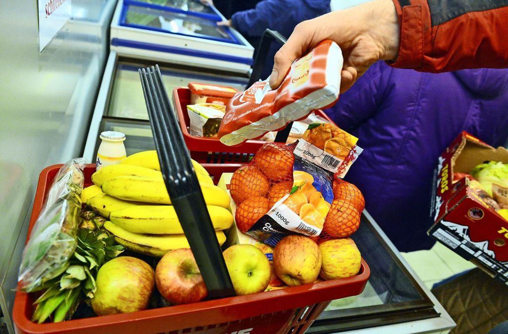 Nicht alle Menschen können sich die Produkte im normalen Supermarkt leisten, und schon gar nicht zurzeit. Foto: dpa/Uli Deck