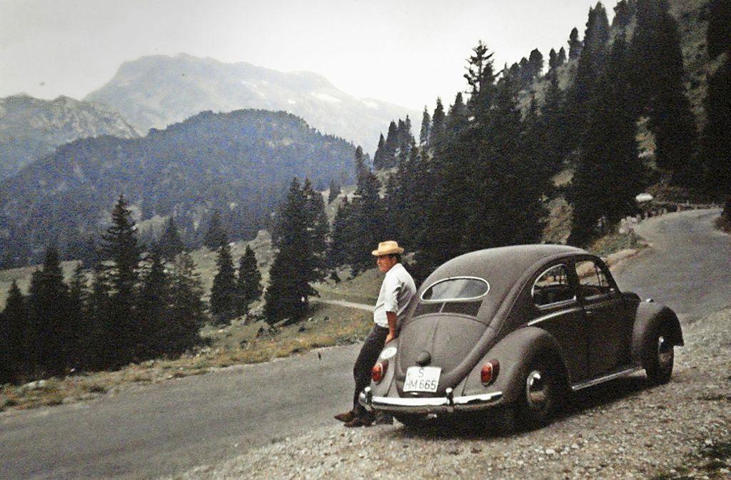 Klaus Maier  mit seinem Käfer  im Jahr 1969 auf Gotthard-Höhen. Foto: Maier