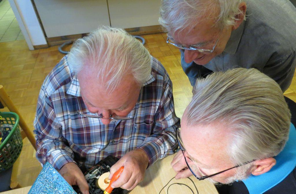 Wäre doch gelacht: Die Bastler im Repaircafé bringen alles mögliche wieder zum Laufen. Foto: /Bernd Zeyer