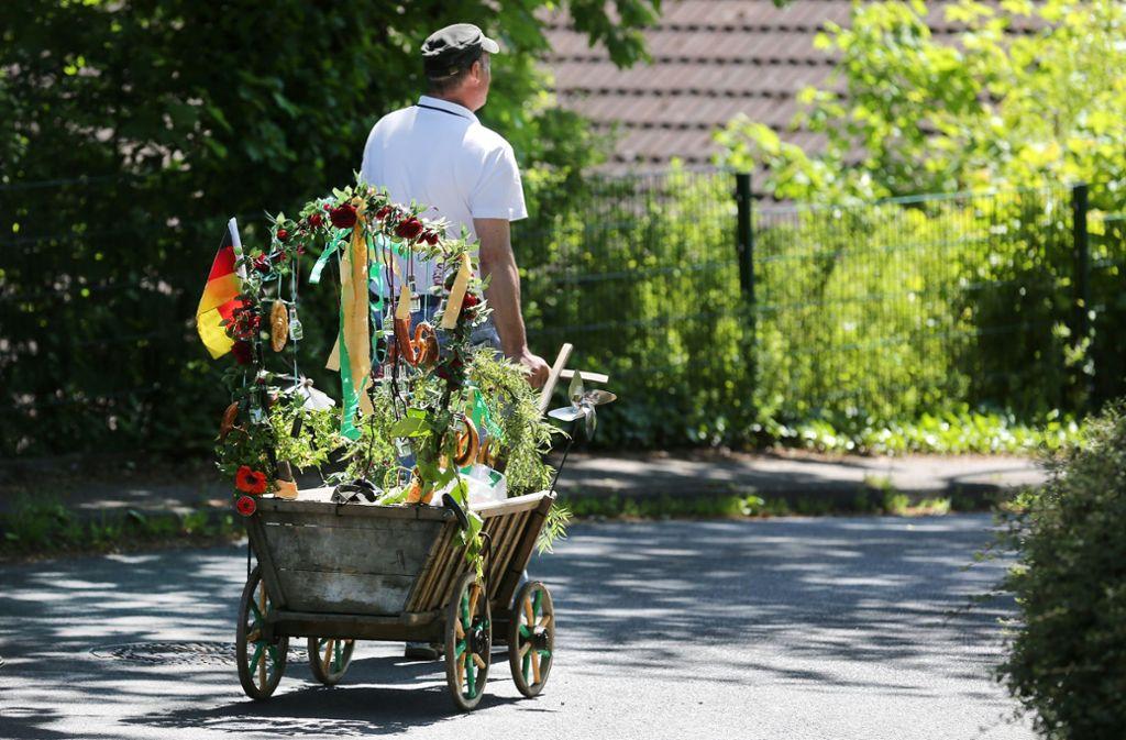 Allein mit dem Bollerwagen losziehen? Geht natürlich, macht aber nur bedingt Spaß. Foto: picture alliance / Ina Fassbender