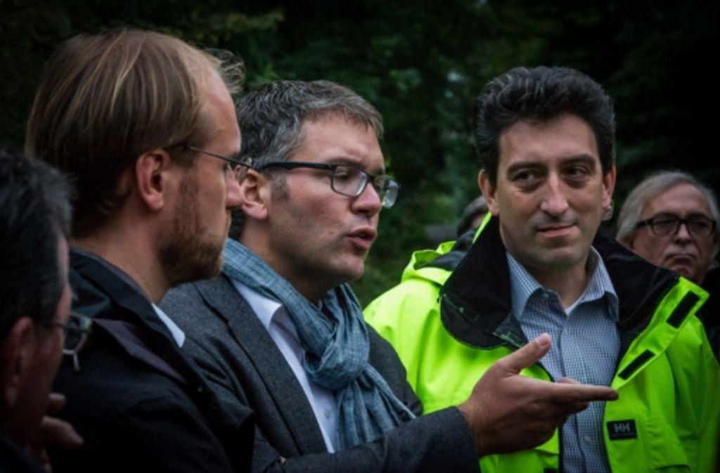 Michael Maxelon (rechts) bei der Diskussion mit Bürgern im Tauschwald im Jahr 2013. Dort sollen zwei Windräder gebaut werden. Foto: Achim Zweygarth