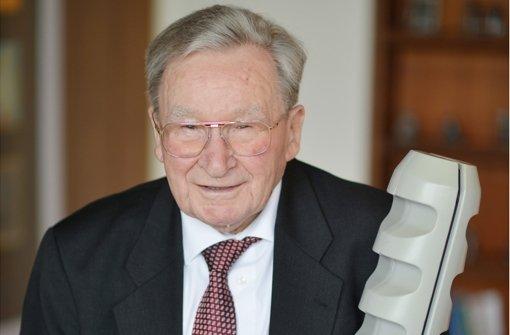Der Unternehmer und Erfinder Artur Fischer, Gründer der Fischer-Werke, hält einen überdimensionalen Fischer-Dübel in seinen Händen. Er starb im Alter von 96 Jahren. (Archivbild) Foto: dpa