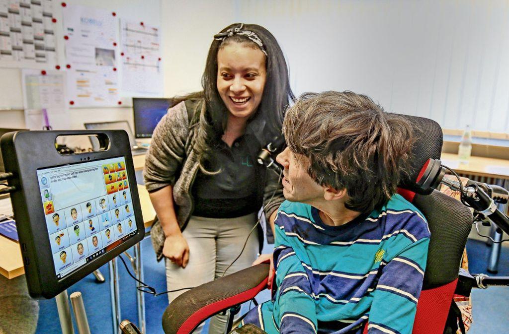 Bernd Oberdorfer und seine Assistentin Brenda Schülke  unterhalten sich mit Hilfe des Tablets. Foto: factum/Granville