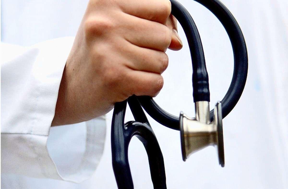 Ärzte ziehen unterschiedliche Schlüsse beim Thema Hausbesuch. Foto: dpa/Rolf Vennenbernd