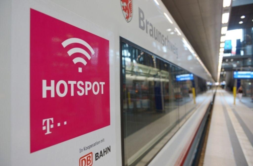 Die Technik soll 2016 bereit sein, aber flächendeckend wird es mit dem drahtlosen Internet in ICE-Zügen wohl erst 2017 etwas. Foto: dpa