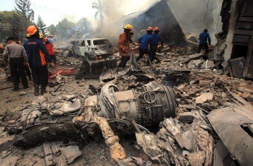 Militärflugzeug stürzt auf Häuser