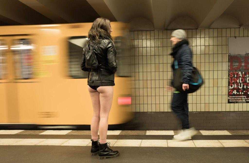 """""""No Pants Subway Ride"""" – unter diesem Motto stiegen am Sonntag viele Menschen ohne Hosen in die U-Bahn, wie hier in Berlin. Foto: dpa"""