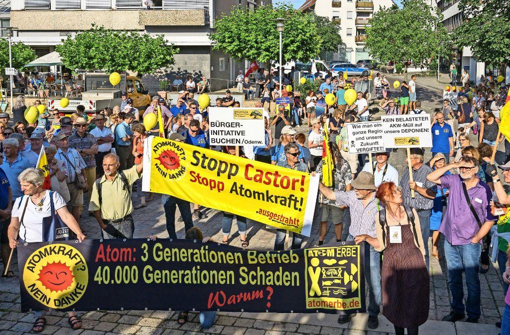 Knapp 650 Teilnehmer waren bei der Kundgebung in Schwieberdingen dabei. Der Protestzug ging vom Bahnhof vor das Rathaus. Foto: factum/Weise