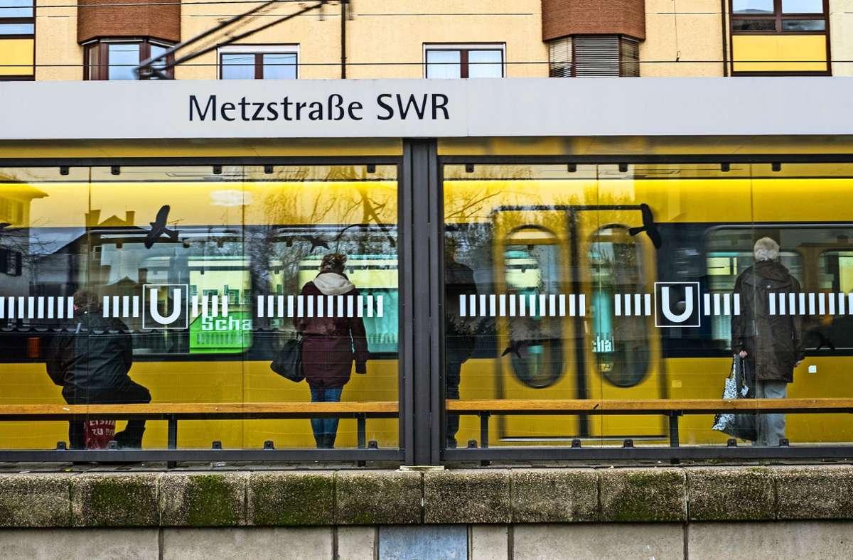 An der Metzstraße soll der Unbekannte das Prüfpersonal attackiert haben. (Symbolbild) Foto: Lichtgut/Max Kovalenko
