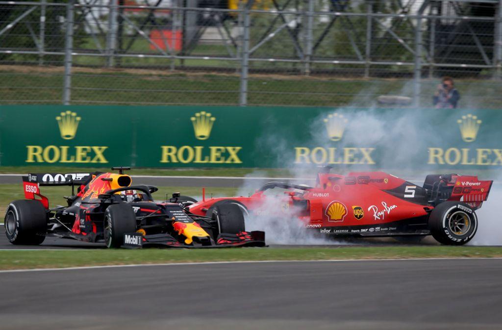 Sebastian Vettel schubst mit seinem Ferrari den Red Bull von Max Verstappen ins Kiesbett – verliert der Deutsche im WM-Kampf allmählich die Nerven? Foto: Getty