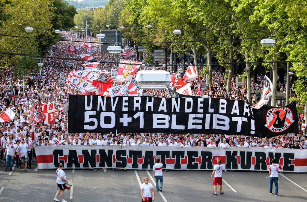"""""""Unverhandelbar 50+1 bleibt!"""" steht auf dem Transparent der VfB-Karawane vor der Partie gegen den FC Bayern München. Foto: dpa"""
