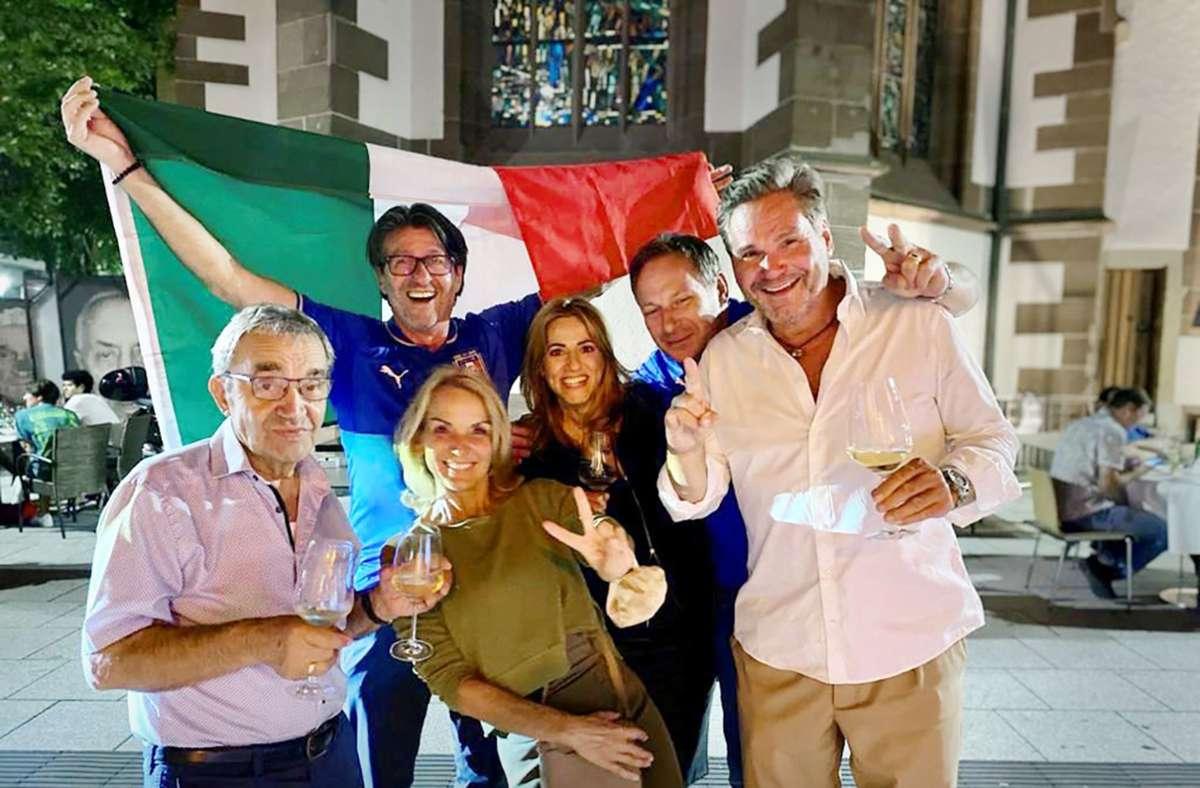 Piero Cuna (hinten Mitte) mit Freunden während eines Italienspiels Foto: Piero Cuna