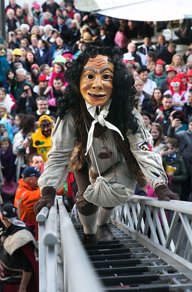 Die Wernauer Fasnet am Schmotzigen Donnerstag folgt stets einem festen Ritual. Mit dem Rathaussturm übernehmen die Narren das Zepter.   Foto: Horst Rudel/Archiv