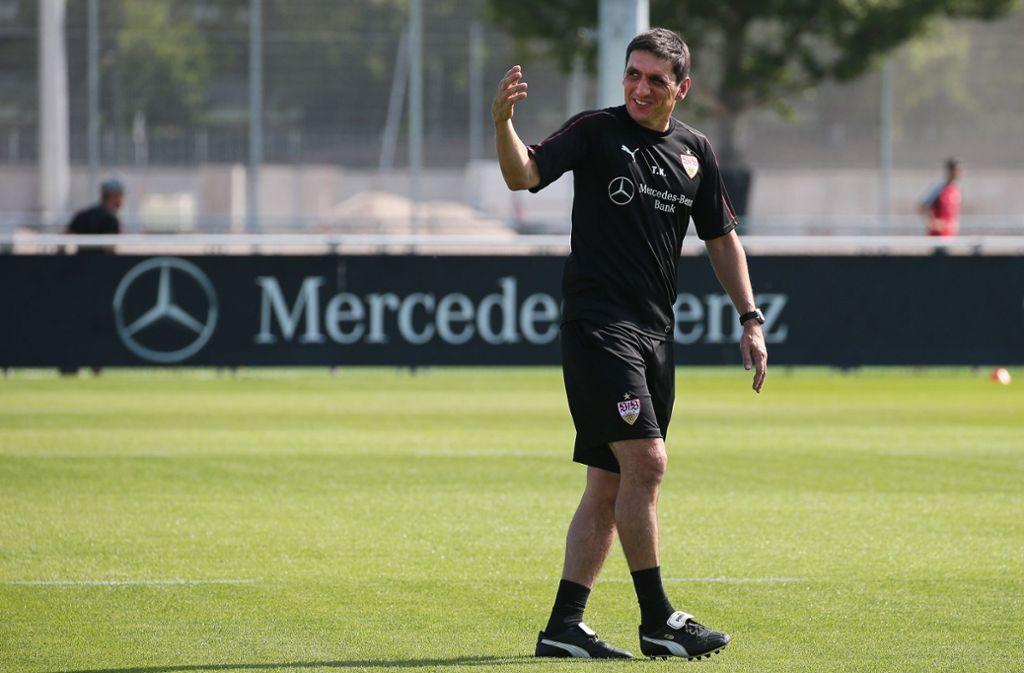 Tayfun Korkut trägt das schwarze Trainings-Trikot beim VfB Stuttgart. Foto: Pressefoto Baumann