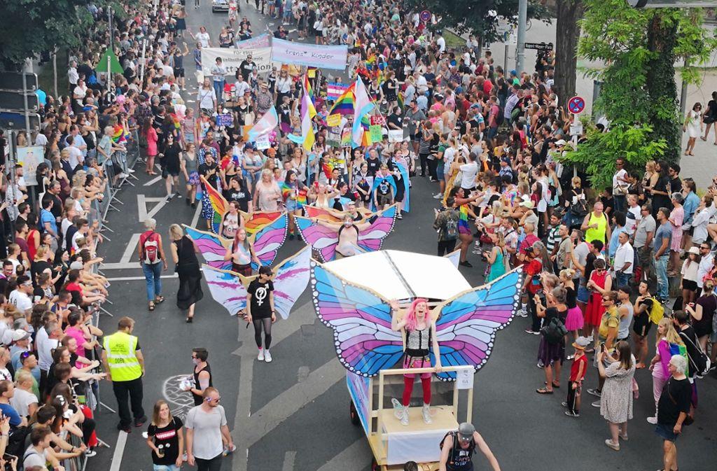 Eine Parade ist anlässlich des Christopher Street Days am Samstag in Stuttgart unterwegs. Foto: Andreas Rosar