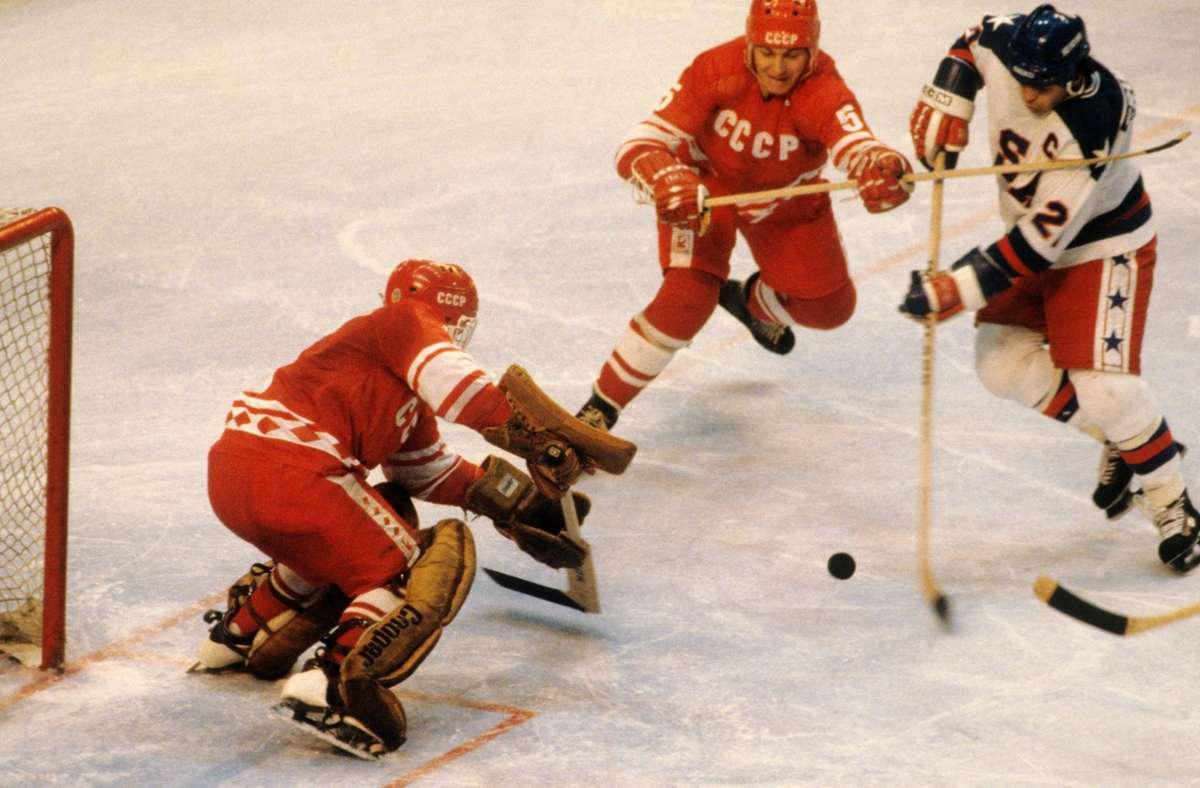 Mike Eruzione (re.) erzielt bei den Olympischen Spielen 1980 in Lake Placid den 4:3-Siegtreffer für die USA über die Sowjetunion. Foto: imago/Paul J Sutton
