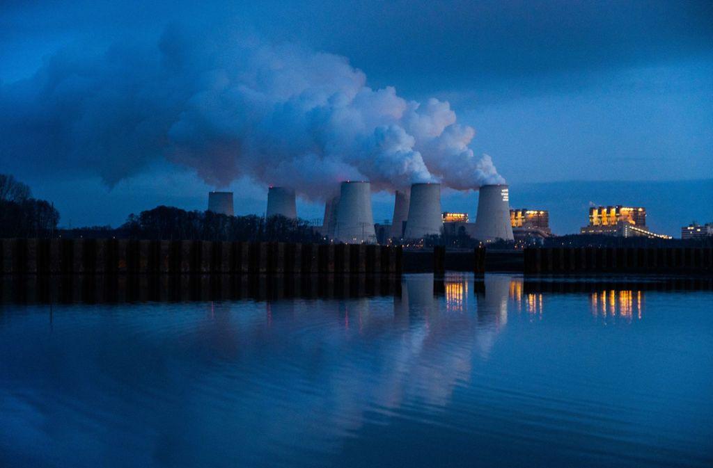 Ein Braunkohlekraftwerk in der Lausitz. Deutschland will bis 2038 aus der Kohle aussteigen. Zu spät, sagen Kritiker. Weltweit sind trotz des Ausbaus der Erneuerbaren immer noch Zehntausende Kohlekraftwerke in Betrieb, und 1400 neue sind in der Planung oder im Bau. Foto: dpa/Christophe Gateau