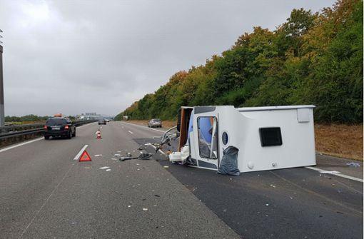 Wohnwagen kippt um – Unfallverursacher begeht Fahrerflucht