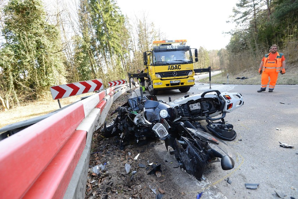 Ein 19-Jähriger kommt mit seinem Motorrad von der Fahrbahn ab und prallt frontal gegen das Bike eines 47-Jährigen - beide Männer erleiden schwerste Verletzungen. Foto: www.7aktuell.de | Oskar Eyb